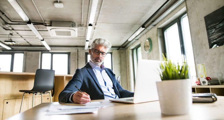 Hombre de negocios firmando documentos
