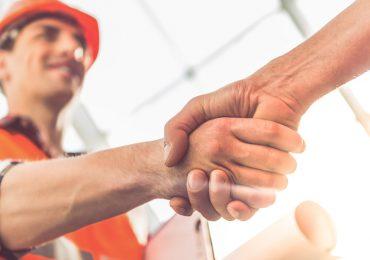 Empleado de construcción saludando a otro empleado