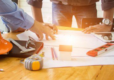 Ingenieros leyendo planos de construncción